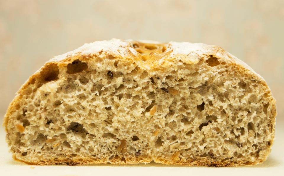 Хлеб с семенами черного и белого льна.