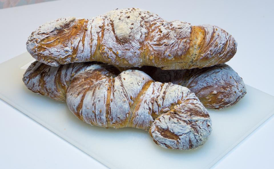 Белый хлеб с ячменным солодом и семенами льна.