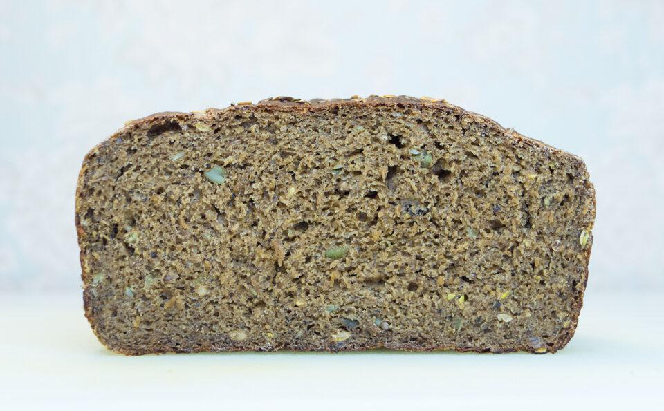 Хлеб ржаной с семенами льна и тыквы.